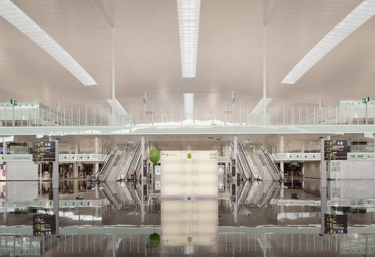 Barcelona El Prat Airport prospetto frontale - design luce