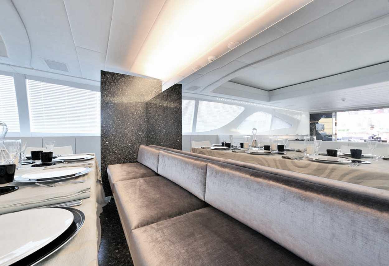 Yacht Mangusta 130 MAO spazio comune - illuminazione vetrine