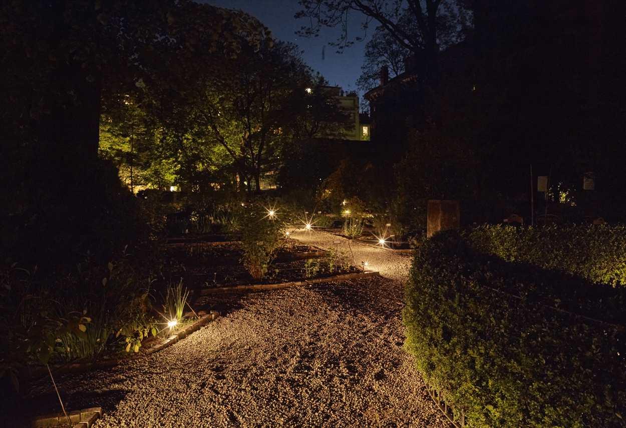 Brera Botanical Garden altra vista del viale illumianto