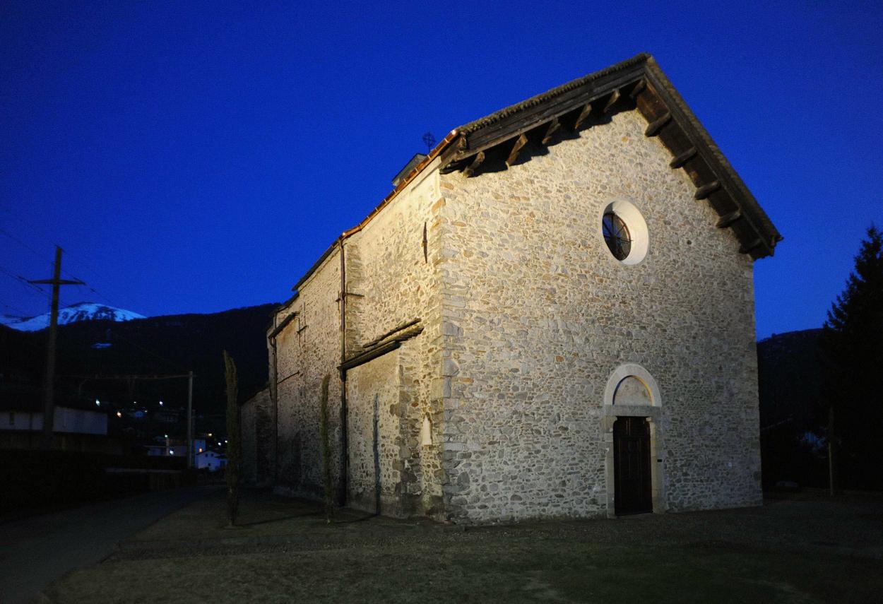 Esterno della chiesa in una foto notturna