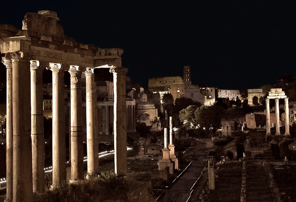 Rome Imperial Forums vista notturna Colosseo infondo - illuminazione musei