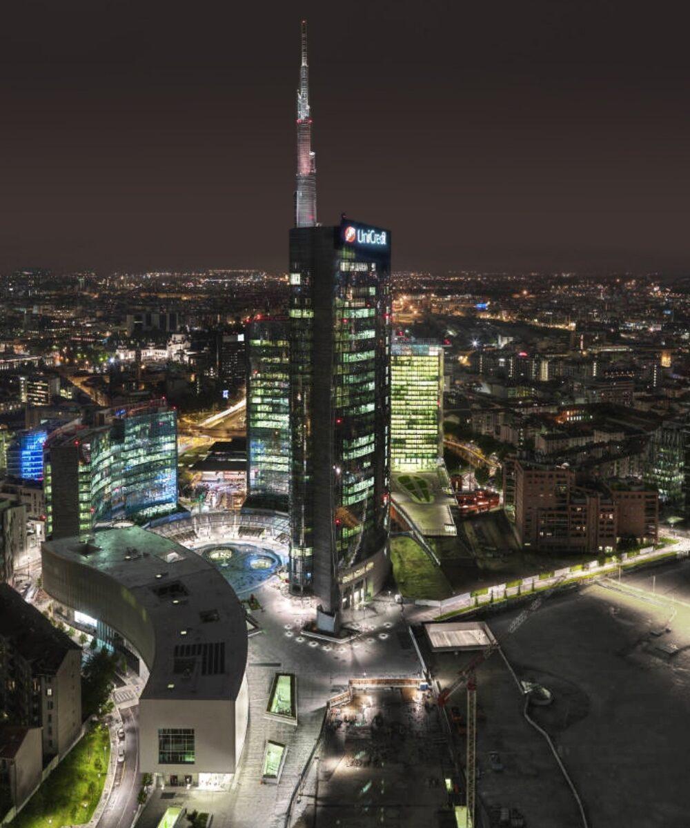 Vista d'insieme notturna dell'area di Porta Nuova Garibaldi