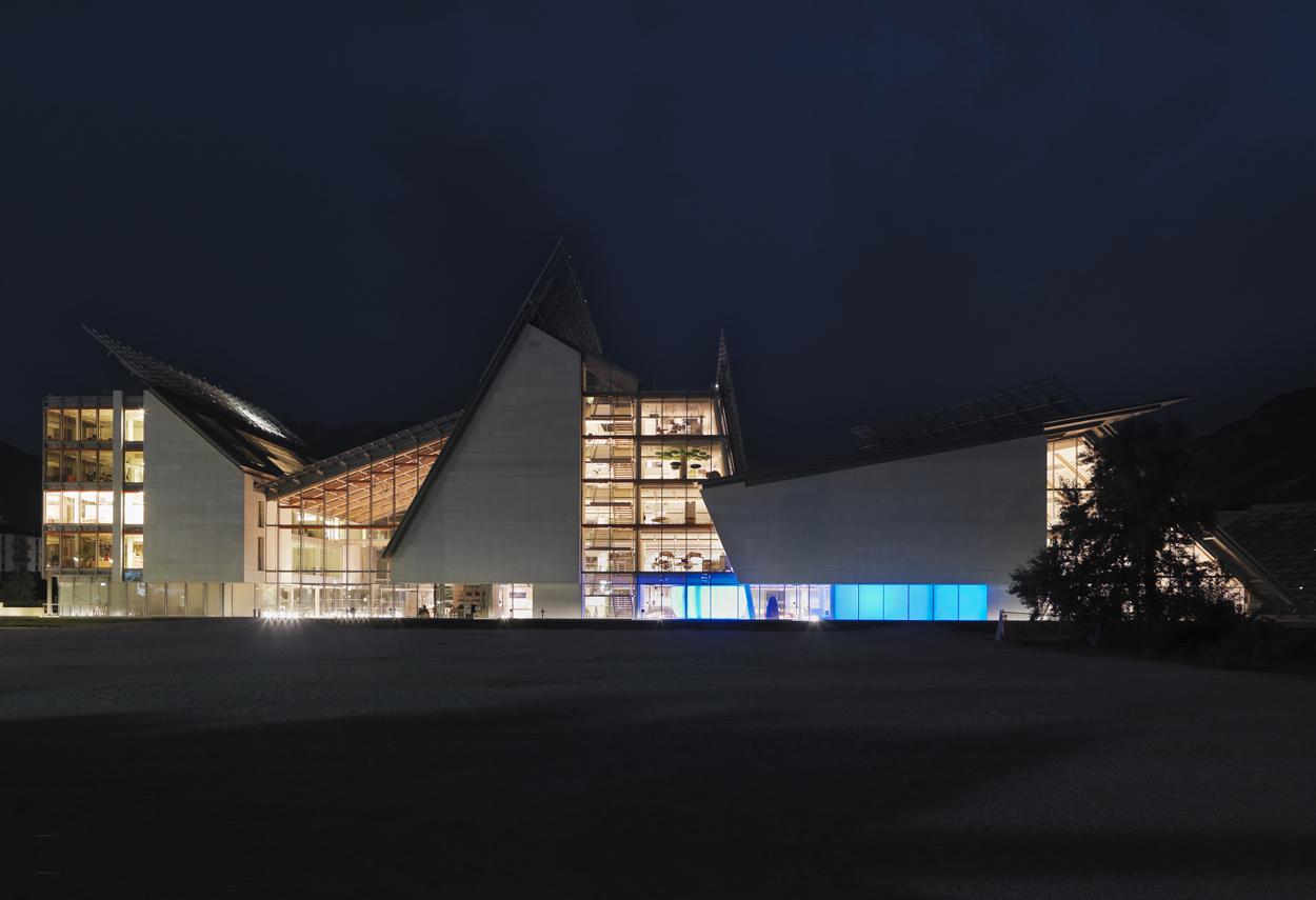 Vista esterna del MUSE illuminato di notte