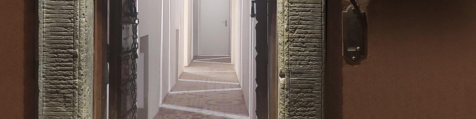Ingresso illuminato dell'hotel Cisterna a Trastevere