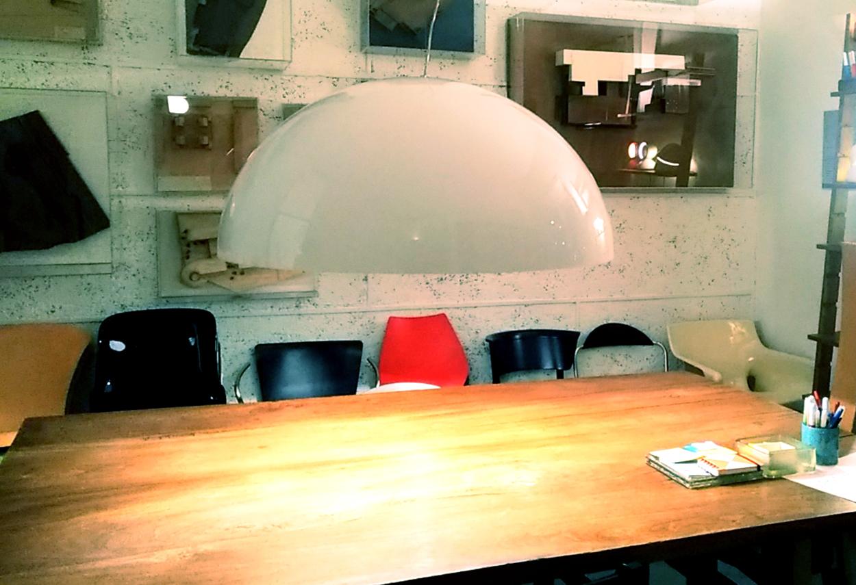 Nel 1976 Vico Magistretti progetta la lampada a sospensione Sonora per Oluce