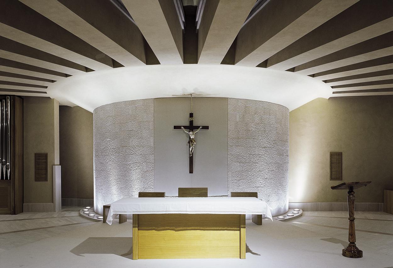L'altare illuminato dal basso