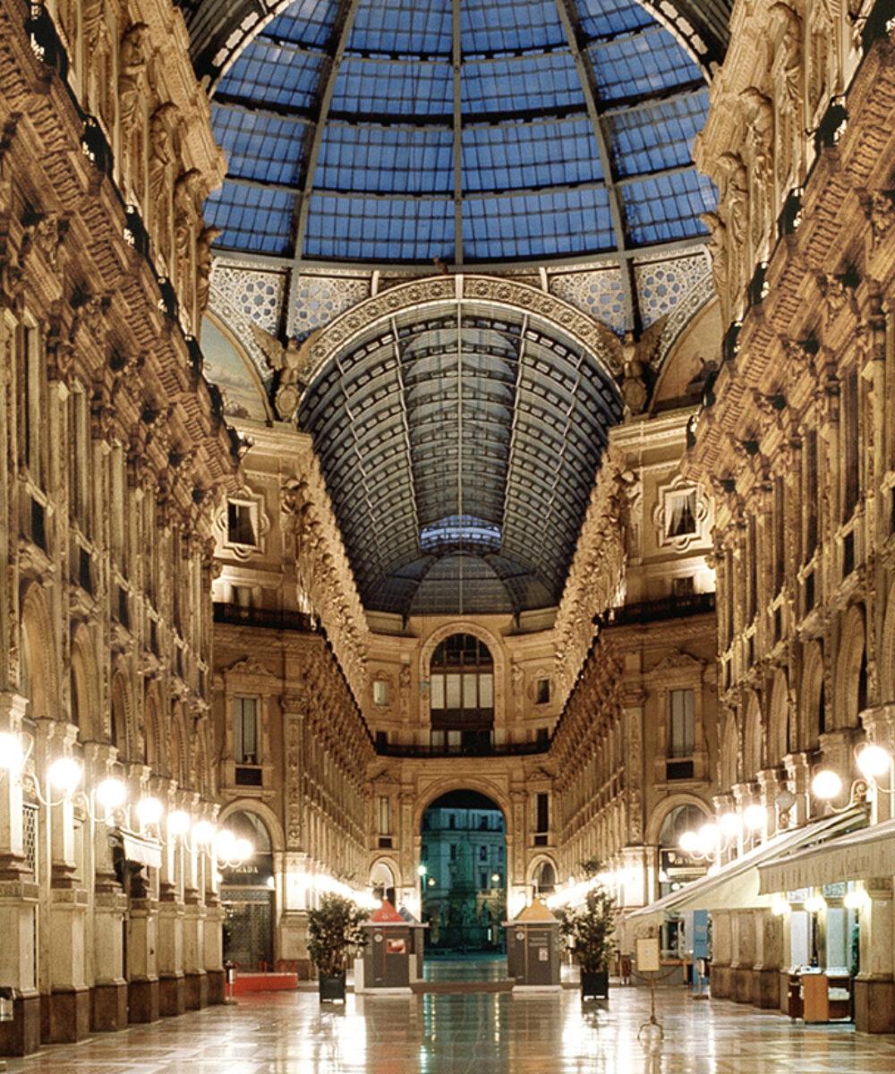 Vista centrale della Galleria Vittorio Emanuele illuminata