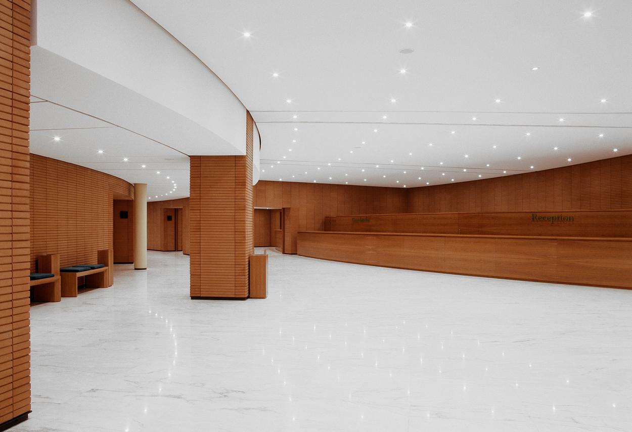La sala reception con i corpi illuminanti a soffitto