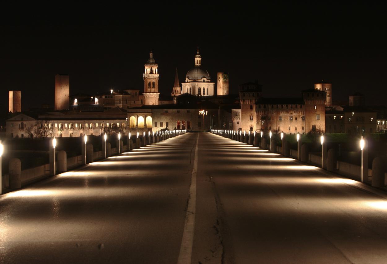 Il ponte ed i monumenti illuminati