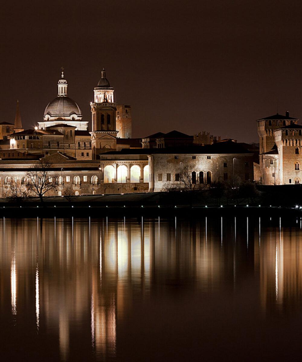 Vista notturna del profilo della città di Mantova