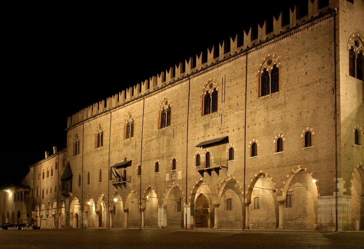 La facciata del palazzo comunale illuminata