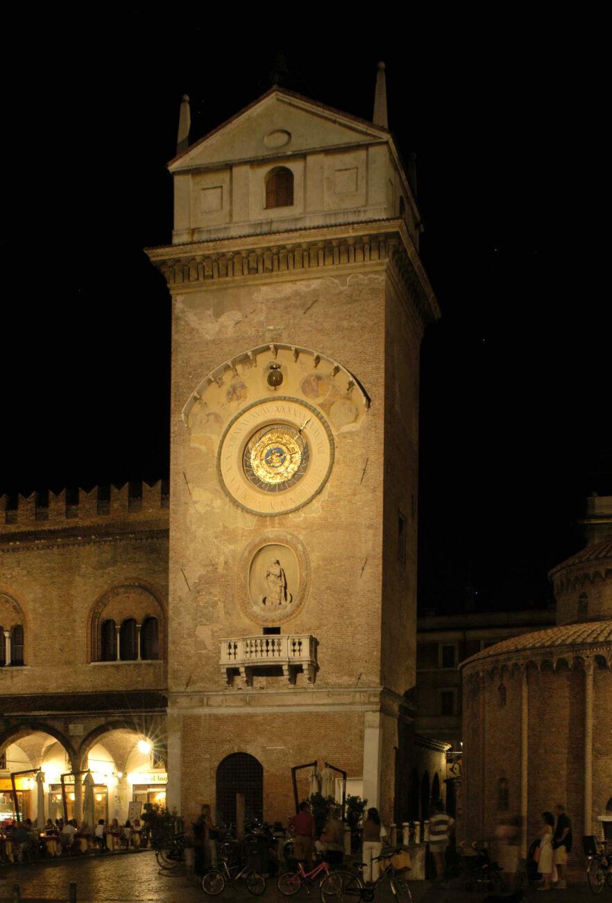 Il campanile con l'illuminazione che ne esalta i dettagli