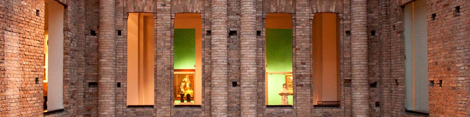 Vista frontale delle finestre della pinacoteca