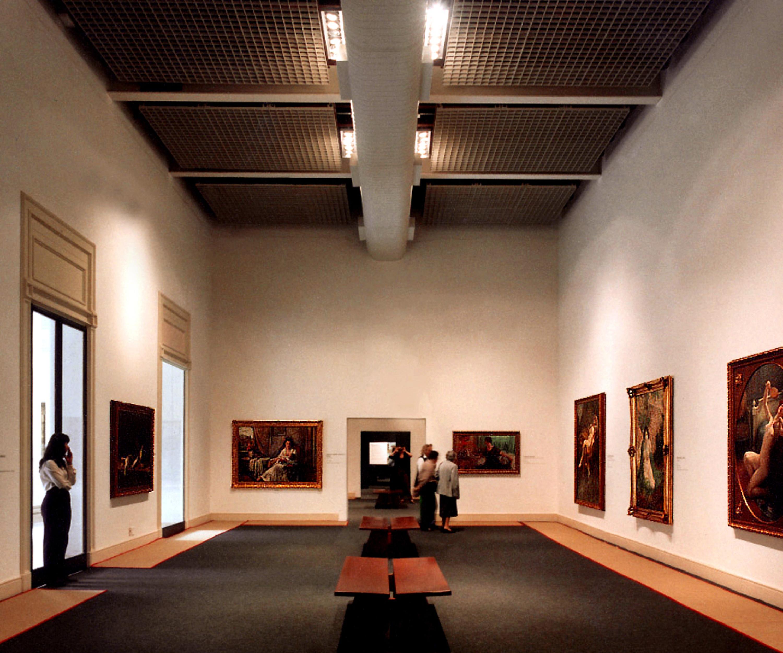 Una delle sale della pinacoteca con le opere illuminate