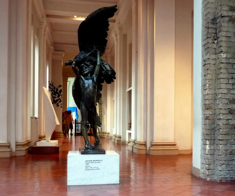 Un'opera sculturorea illuminata all'interno della pinacoteca
