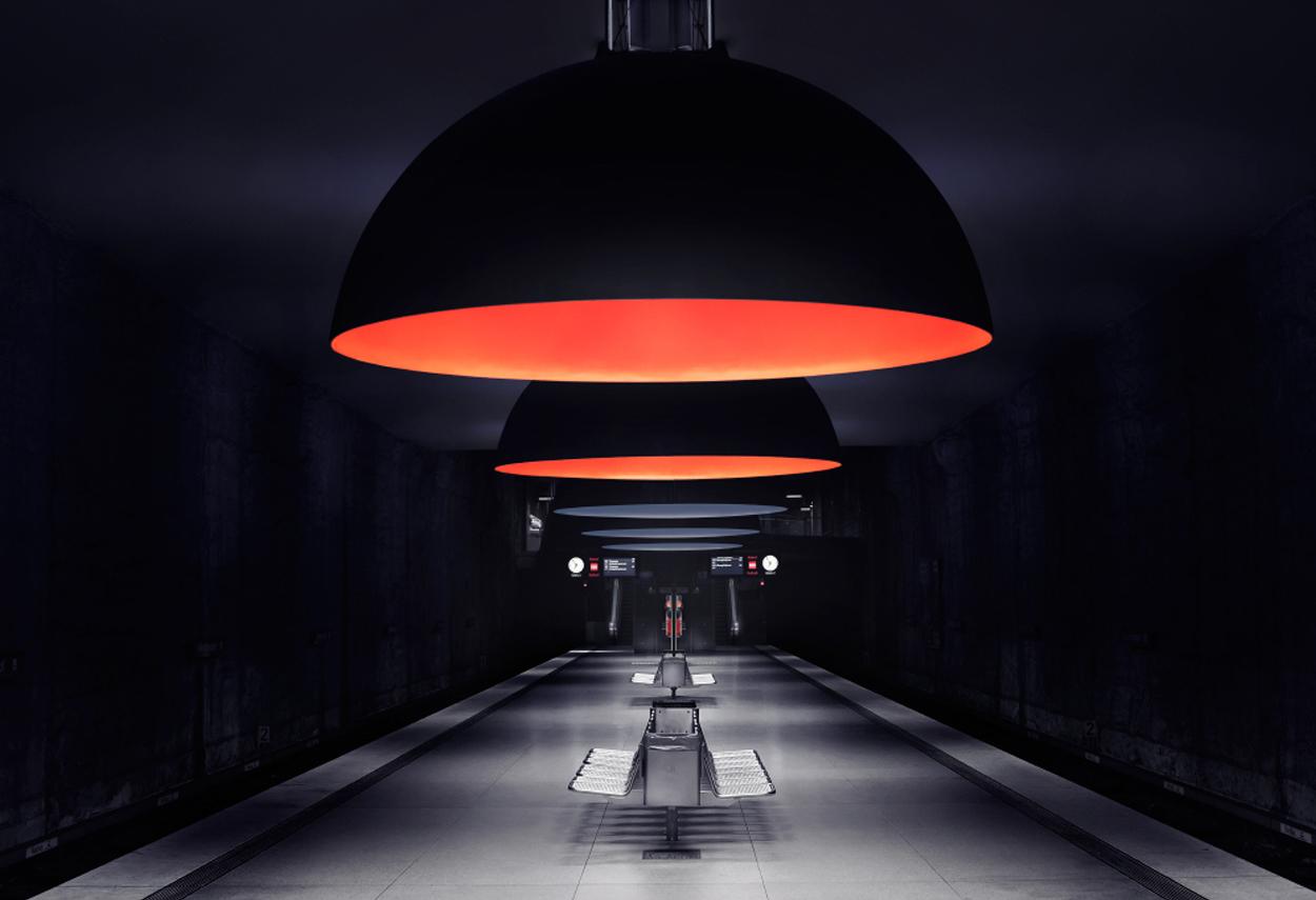 La stazione della metropolitana illuminata