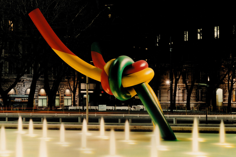 L'illuminazione della fontana e dell'opera Ago, Filo e Nodo